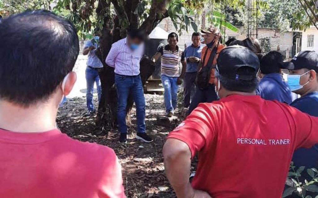 Por entregar obra en mal estado alcalde chiapaneco es amarrado a un árbol