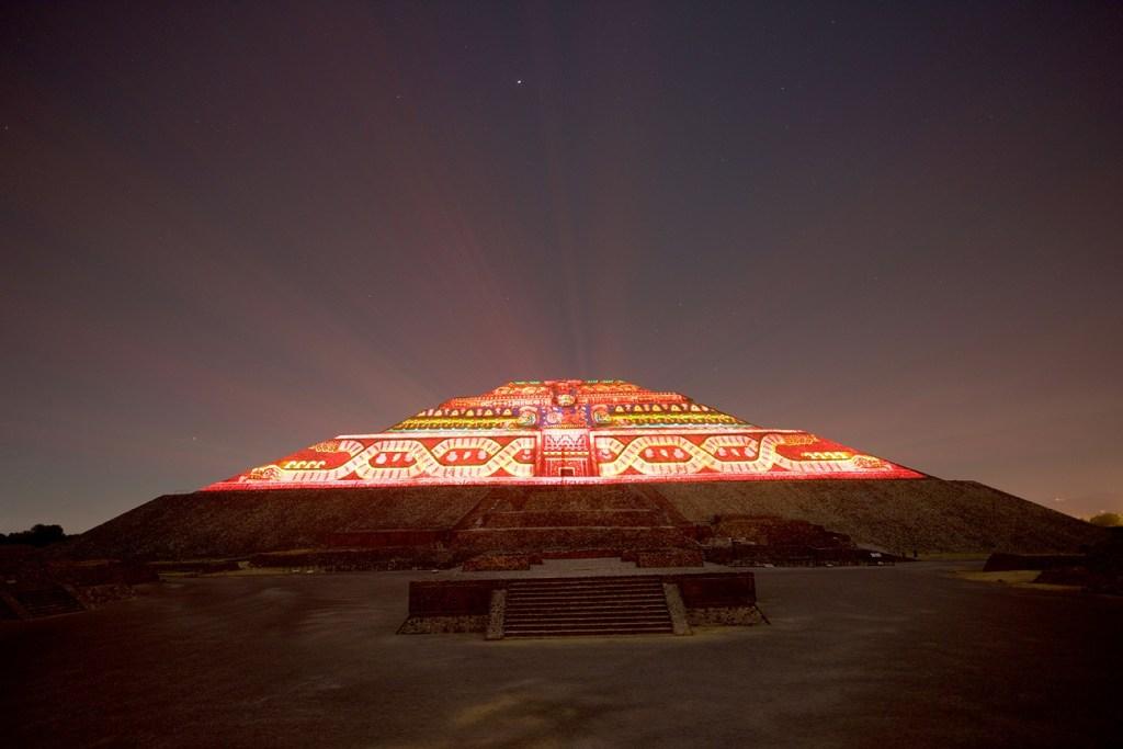 hermoso espectaculo nocturno en las pirámides de Teotihuacán