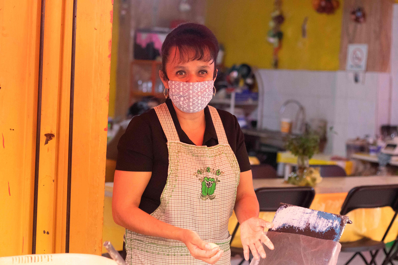 mujer-trabajando-en-una-fonda-de-comida