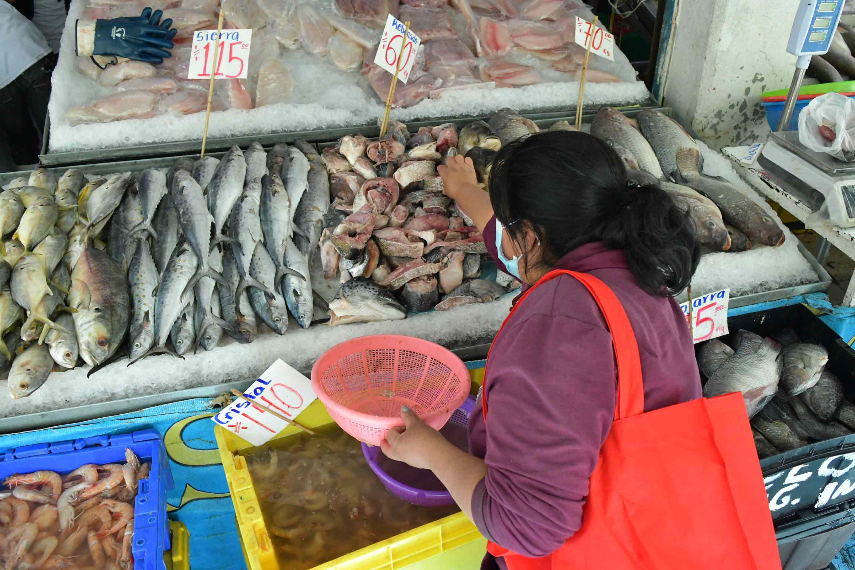 mujer-compreando-pescado