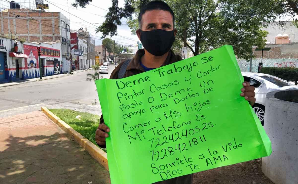 Por desempleo por covid en México, un hombre busca trabajo con el fin de alimentar a su familia en Toluca.